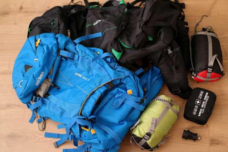 Ausrüstung für Neuseeland: Rücksäcke, Schlafsäcke, Erste-Hilfe-Set und Adapter.