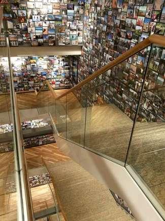 Alle Treppenwände sind mit Bildern aus aller Welt geschmückt - das sieht richtig stark aus!