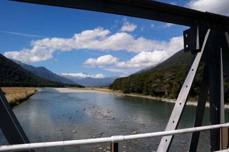 Fahrt über eine Brück Haast Pass Neuseeland