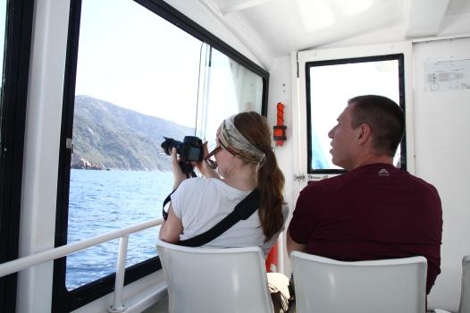 Franzi und Jonas fahren Boot. Foto: Alex V.