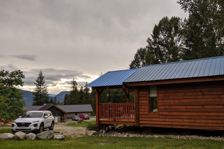 Unser Mietauto und unsere Unterkunft in Nakusp.
