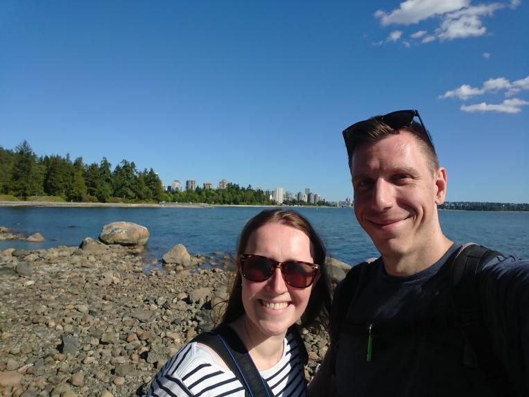 Franzi und Jonas am Meer - im Hintergrund Vancouver