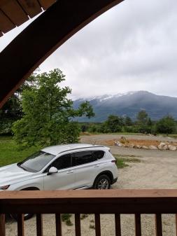 Auf den Bergen liegt noch/wieder Schnee