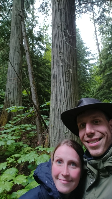 Wir auf dem Giant Cedars Boardwalk Trail