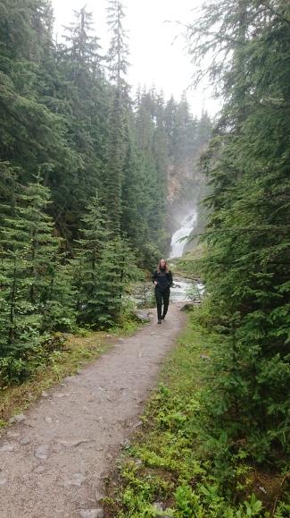 Franzi auf dem Weg zu den Bear Creek Falls