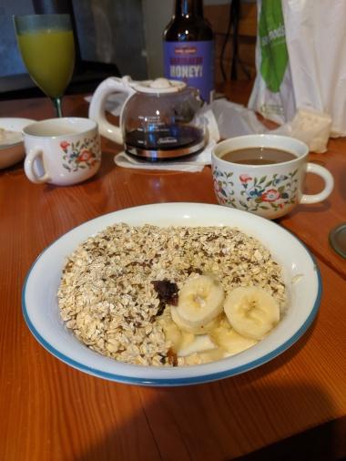 Typisches Frühstück: Haferflocken, Leinsamen und Datteln mit Obst.