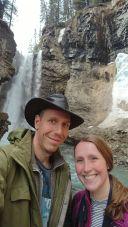 Glattgebügeltes Selfie vor dem zweiten Wasserfall