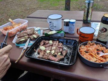 Grillen in Banff ohne Gabeln und Teller