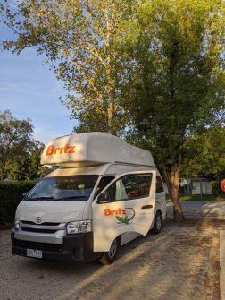 Klebeband-Reparatur am Camper